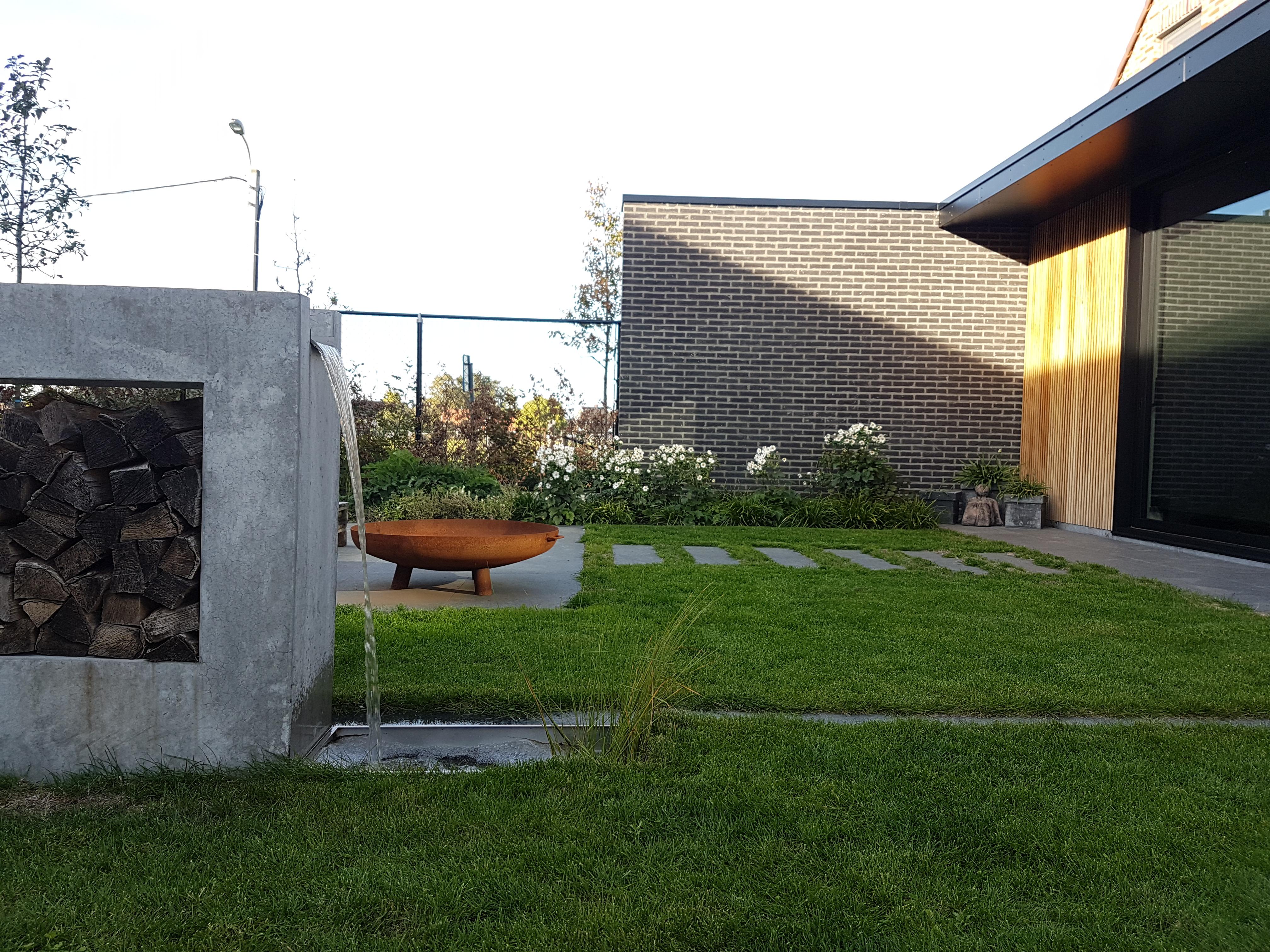 Natuurlijke moderne achtertuin